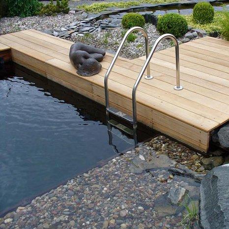 Tauchbecken mit bell vital Wandmodulen aus Wasserbauholz. Darin befindet sich unter dem Kies das Filterkorn bell vital Grain.